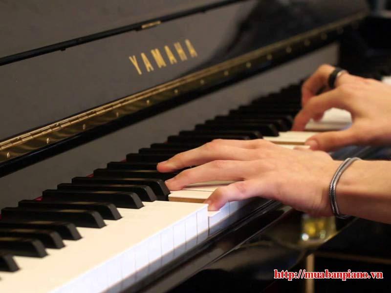 Kiểm tra bàn phím đàn piano cũ